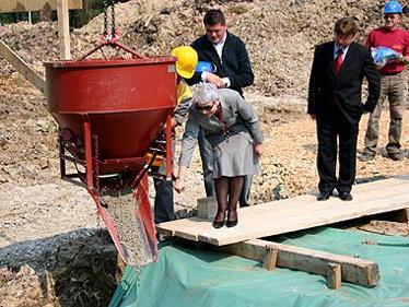 Ministrica Kosor svečano je otvorila radove na zgradi na Dubovcu puštanjem prve količine betona iz mješalice u temelje
