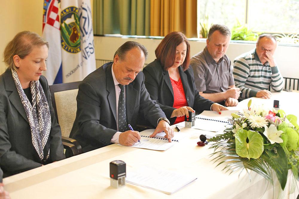 Potpisan kolektivni ugovor u JUNP Plitvička jezera