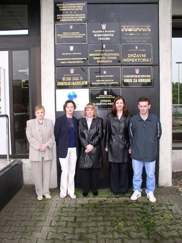 """Novopečeni službenici Ministarstva gospodarstva, rada i poduzetništva koji su to postali po sili zakona, neugodno su se iznenadili kad im je nakon preseljenja iz """"kockice"""" u zgradu u Vukovarskoj 78 objašnjeno kako za njih nema mjesta u Ministarstvu, te su upućeni na """"godišnji odmor""""."""