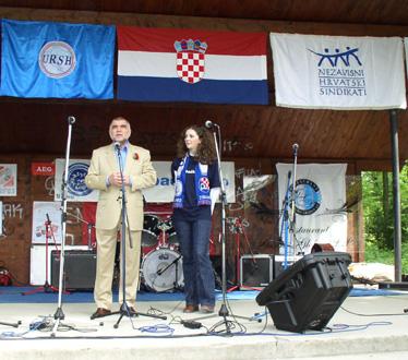 Nakon okrijepe predsjednik Mesić obratio se okupljenom mnoštvu...