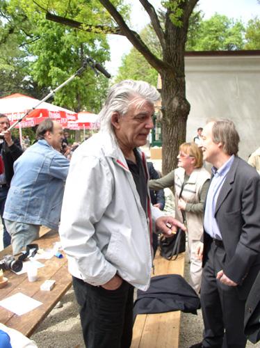 Nakon predsjednika Mesića s građanima je razgovarao i predsjednik Republike Peščenice Željko Malnar. Pobjegavši od jakog osiguranja umiješao se među prosti puk...
