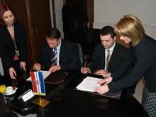 Ministar obrane Berislav Rončević i direktor Pletera Denis Skubic prigodom potpisivanja sporazuma o preuzimanju djelatnika