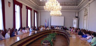 Nakon sastanka sa županom Ronkom i konferencije za novinare čelnici SDLSN održali su sastanak sa zaposlenicima Županije i obečali im nastavak pritiska na odgovorne dok se ne riješi problem blokade računa Županije