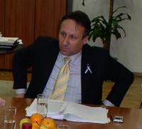 Na upit sindikalaca kada će se službenicima koji su se izjasnili za dragovoljni prestanak službe do 31. listopada dobiti otpremnine koje su trebale biti isplaćene do kraja studenoga, Rončević je odgovorio kako će to biti učinjeno do 31. prosinca 2005.
