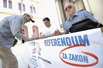 Sibenik, 05.06.2014 - Potpisivanje peticije za referendum o outsourcingu odvija se diljem zupanije