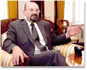 O čemu razmišlja potpredsjednik Granić dok potpisuje dopise?
