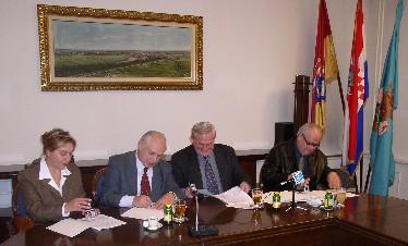 Županijska povjerenica SDLSN Zrinka Babić, predsjednik Ihas, gradonačelnik Joha i sindikalni povjerenik Dražen Adamić tijekom potpisivanja Kolektivnog ugovora