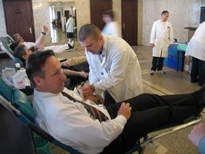 Ministar Rončević daruje krv