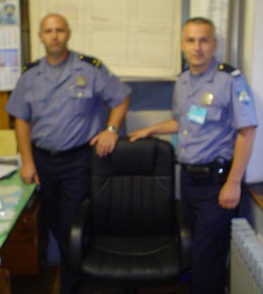 Šef smjene PP Donji Miholjac Dario Vartušek i sindikalni povjerenik Ivan Špoljarić s donacijom Sindikata za udobnije dežurstvo