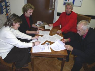 Višnja Stanišić, Blanka Tomorad, Marijan Prišlin i Milan Hrboka potpisuju prosvjed upućen potpredsjednici Vlade Jadranki Kosor
