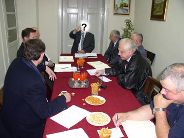 Svoju negostoljubivost gradonačelnik Horvat potkrijepio je i zabranom fotografiranja za potrebe web stranice Sindikata, tako da ga na fotografiji ne možete pronaći. Ono što je dobar običaj na sastancima Sindikata na najvišoj državnoj razini, za krapinskog gradonačelnika je neprihvatljivo.