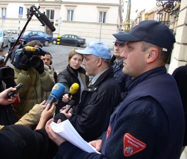 Mladen Magdić (govori u mikrofon) i Goran Franković za vrijeme prosvjeda SDLSN zbog položaja profesionalnih vatrogasaca na Markovom Trgu