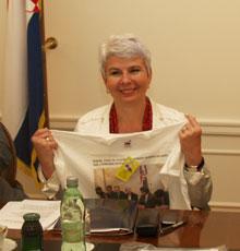 SDLSN je potpredsjednici Kosor uručio majicu s njezinom izjavom kako Vlada ne razmišlja o ukidanju dodatka na radni staž u državnim službama i fotografijom sa sjednice GSV-a na kojoj ju je izrekla
