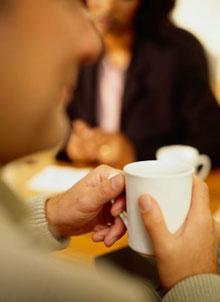 Tko sve na poslu pije kavu, a tko ju priprema, servira i čisti suđe nakon njena ispijanja?