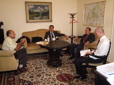Sindikalni povjerenik u OSRH Vjekoslav Majnarić i predsjednik SDLSN Boris Pleša u razgovoru sa saborskim zastupnikom Krešimirom Čosićem