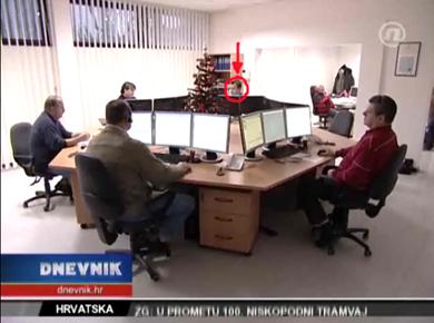 """Za vrijeme snimanja priloga za Dnevnik Nove TV stručnjak tvrtke Ericsson Nikola Tesla (gore: označen strelicom, dolje: krupni plan) koji je """"podigao"""" novi komunikacijski sustav oko 15 sati glumio je operatera službe 112 i pazio kako nešto ne bi krenulo po zlu"""