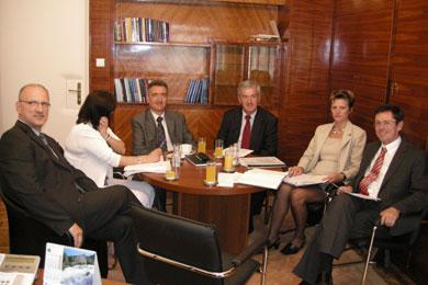 Ministar Šimonović sa suradnicima, tajnicom ministarstva Mirjanom Vatavuk i državnim tajnikom Zoranom Pičuljanom, u razgovoru s predstavnicima SDLSN